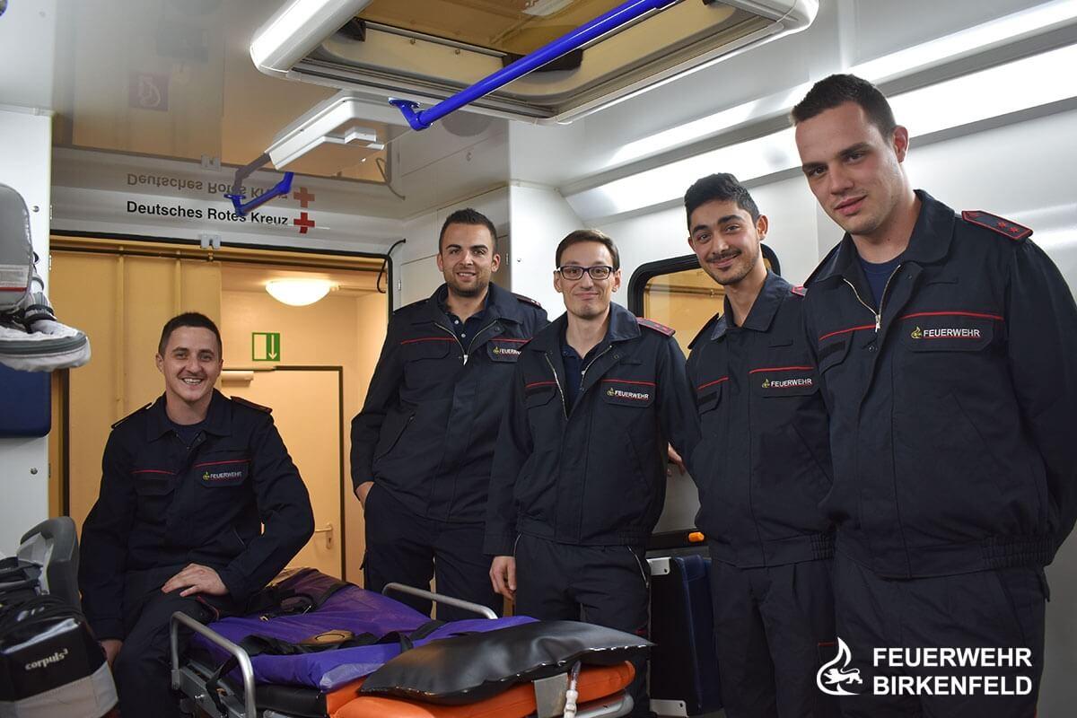 Gruppenbild im Rettungswagen